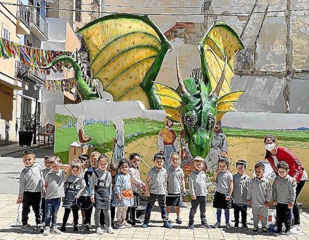Children from Colegio Sant Francesc with the dragon, Manacor.