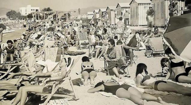 Tourists & locals on Ciutat Jardi beach.