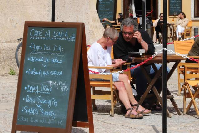 I do find it rather unusual that restaurants and bars don´t have their menus in German