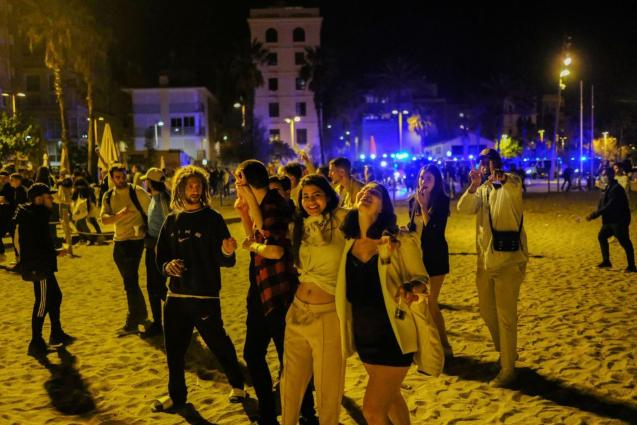 Playa Barceloneta after the lifting of the curfew