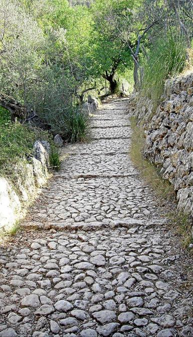 The stone paths, elements of the mountains' heritage.