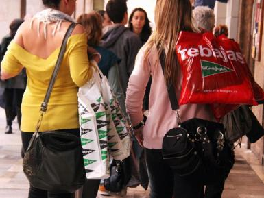 Retailers want more tourists for the summer sales but they can't cope as it is.