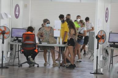Young people waiting to be vaccinated in Ibiza.