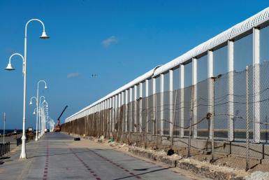 GRAF660. MELILLA, 14/10/2020.- Imagen de la nueva valla fronteriza de 10 metros de altura instalada en Melilla, en la zona sur entre el paso fronterizo de Beni Enzar y el Dique Sur. EFE/Blasco de Avellaneda Nueva valla fronteriza en Melilla