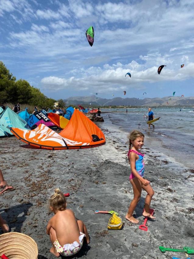 Open war between neighbours and kitesurfers on the beach of sa Marina.
