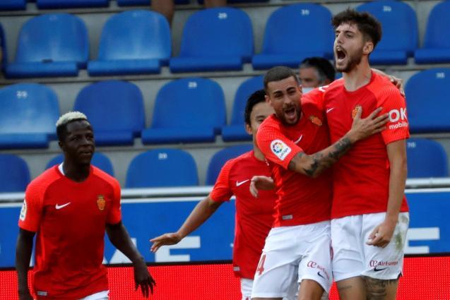 Real Mallorca players celebrate winning goal away to Alavés