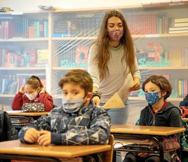 Pupils over the age of six need to wear masks; outdoors they can be removed if there is the required social distancing.