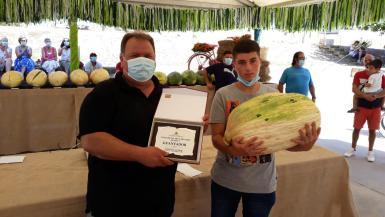 Llorenç Soler, his melon, and the mayor of Vilafranca, Montserrat Rosselló.