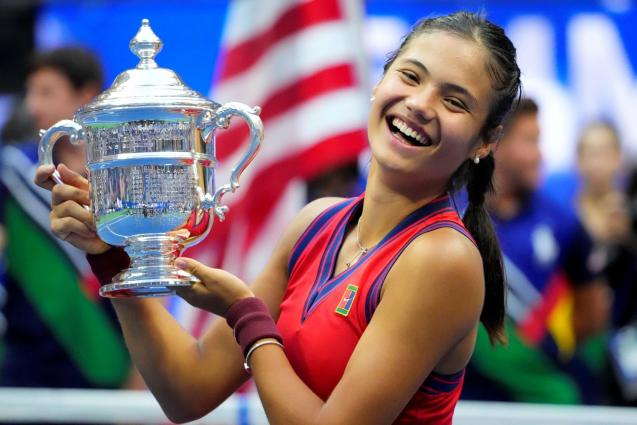 Emma Raducanu of Great Britain celebrates with the U.S. Open trophy