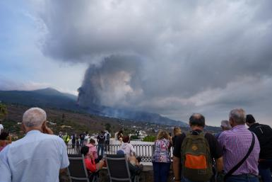 Many people observe from a viewpoint in the town of Tajuya, in the municipality of El Paso, the evolution of the volcano.