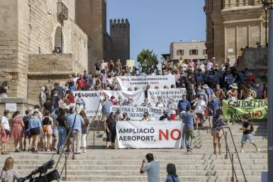 The protest was staged despite the Spanish government having, decided to halt plans for expansion.