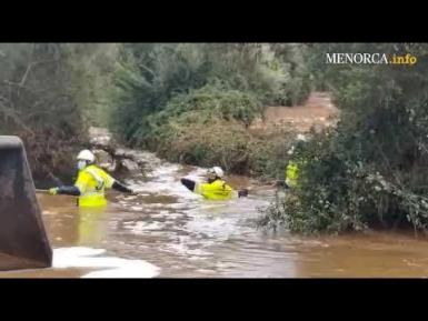 The firefighters rescued a woman who was trapped in her vehicle due to heavy rainfall in El Pilar (Minorca).