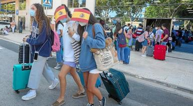 Students leaving the Covid Hotel in Palma. archive photo.