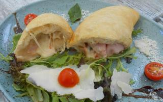 The panzerotto's mozzarella and cooked ham filling was delish.