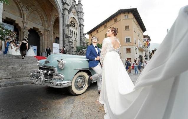 Wedding modesl with 1952 Chevrolet Styline.