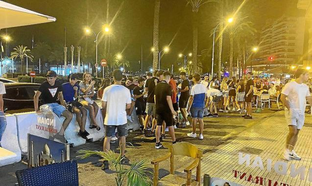 """Young people gather for a """"botellón"""""""