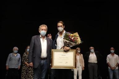 Rafa gets award.