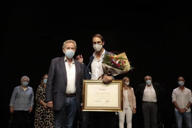 Rafa Nadal receives his award.