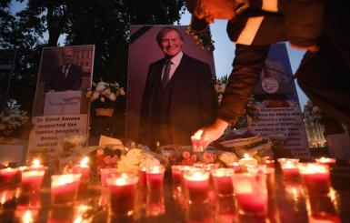 London (Britain), 18/10/2021.- People hold a vigil for MP Sir David Amess outside parliament in London, Britain, 18 October, 2021. British Prime Minister Boris Johnson is to lead tributes to MP David Amess at parliament later today. Amess was stabbed to death at a church in Leigh-on-Sea 15 October. (Reino Unido, Londres) EFE/EPA/ANDY RAIN  Tributes to MP David Amess at parliament