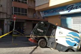Cleaning vehicle falls into Palma sinkhole