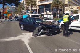 Car demolishes traffic light