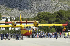 Hundreds get to see seaplanes close-up