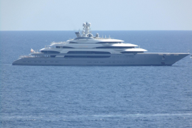 Super yacht with six swimming pools drops anchor