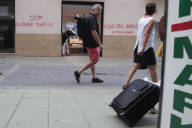 Council removes the anti-tourism graffiti in Palma