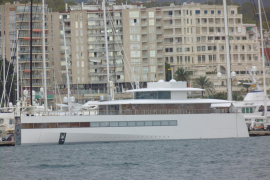 Apple heirs' yacht of love