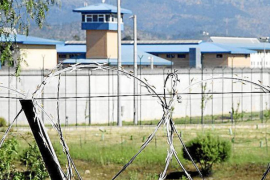 Prison officers injured by inmate who threatened to kill them