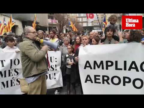 Protesters demonstrate against Palma Airport extension