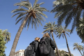 Pedestrians banned from the Passeig Sagrera because of high winds.