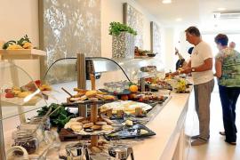 Hotel Covid protocols include assisted buffet