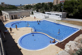 Residents' communities and compliance with pools' rules