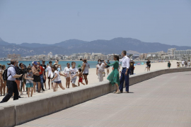 Birthday greetings and small protests in Playa de Palma