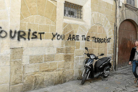 Police ordered to hunt down anti-tourist graffiti artists
