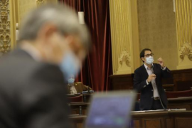 Tourism Minister Iago Negueruela answering his critics yesterday in Parliament