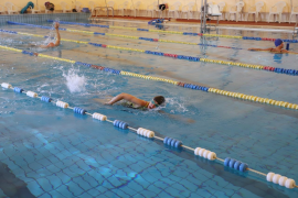 A person swimming in a pool in Palma under the current regulations
