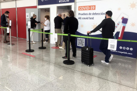 Returning German tourists in Mallorca line up for airport COVID tests