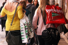 Retailers want more tourists for the summer sales but they can't cope as it is