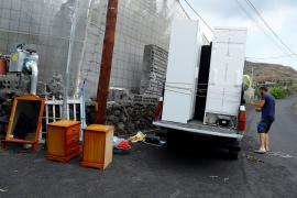 Families given one hour to evacuate as lava nears sea