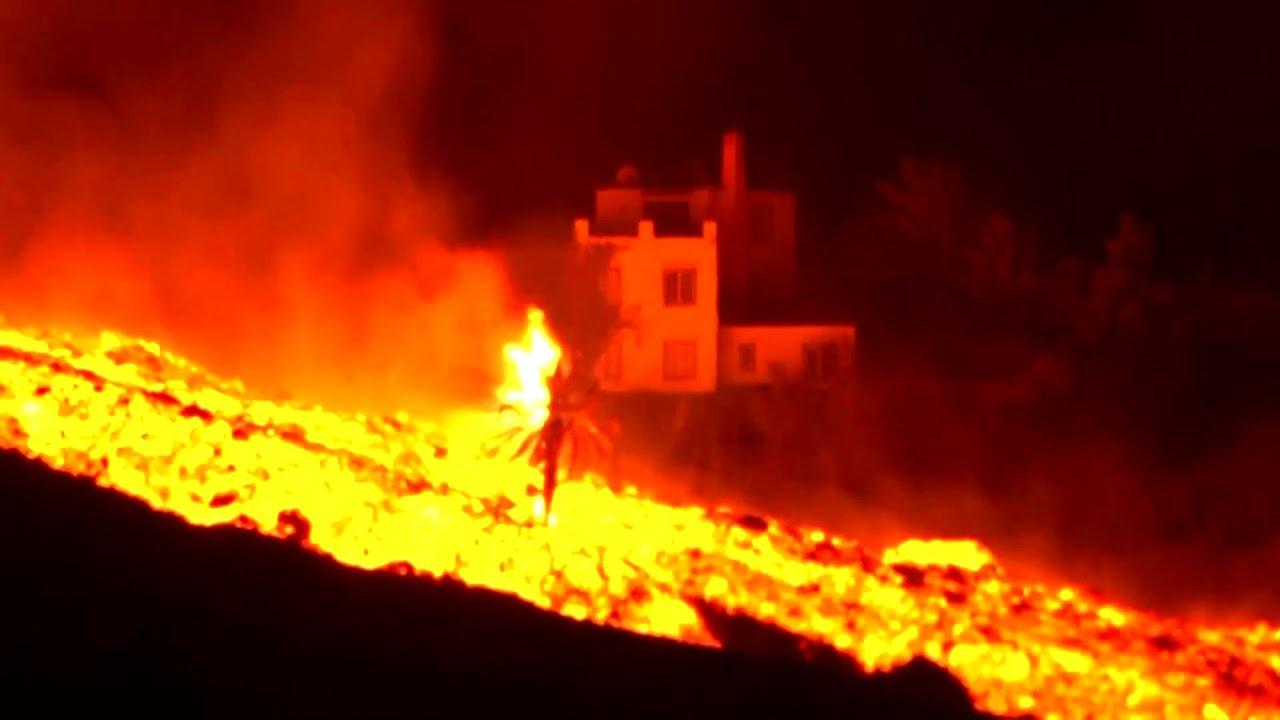 La Palma volcano spewing boulders the size of 3-storey buildings
