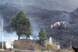 Lava from La Palma volcano burns cement plant, prompting lockdown