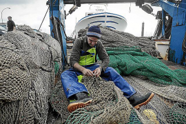 Trawler stoppages reducing fishermen's total catch