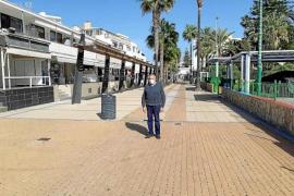 Tourism Councillor, Colau Bordal in Paseo Cristòfol Colom, Cala Millor.