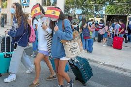 Students leaving the Covid Hotel in Palma.