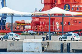 The SAR Mesana arriving in Palma port with migrants.