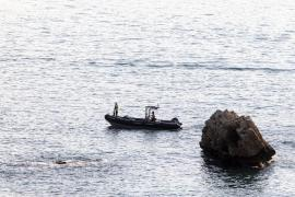 Guardia Civil divers trying to rescue the body.
