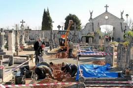 Remains of Franco victims being recovered at Llucmajor cemetery.